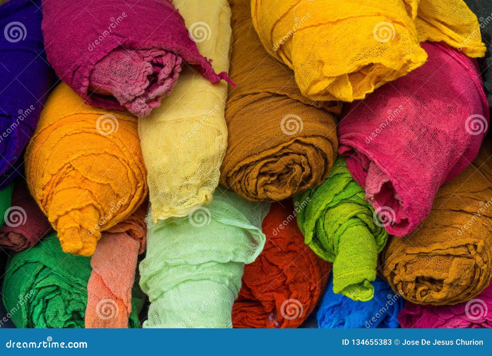 Die Rollen des Stoffes sind von den verschiedenen Farben