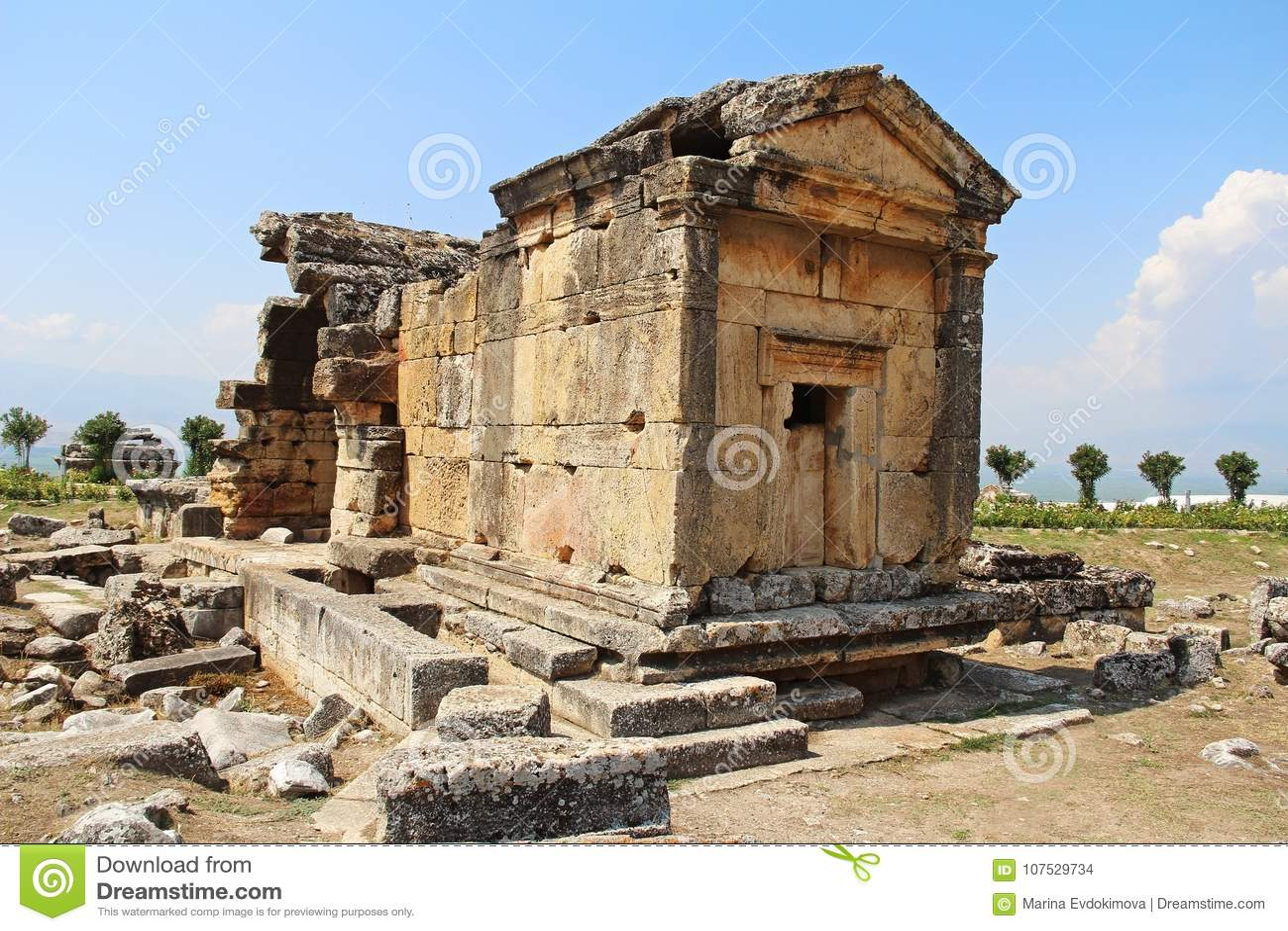 Die Ruinen der alten Hierapolis-Stadt nahe bei den Travertinpools von Pamukkale, die Türkei grab
