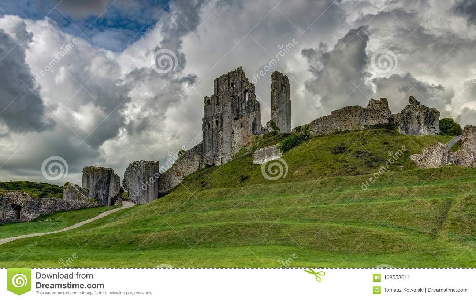 Die Ruinen von Corfe ziehen sich, Dorset, England, Vereinigtes Königreich, Euro zurück