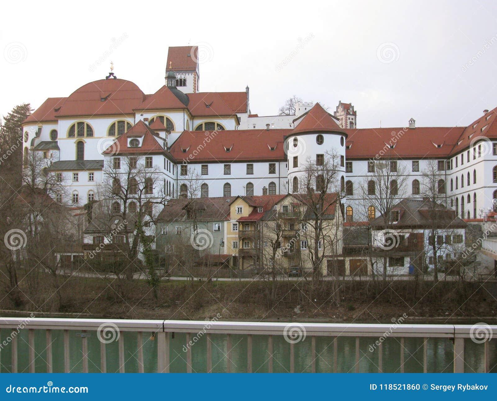 Die Schönheit der alten und inländischen Architektur der kleinen deutschen Stadt von Fussen