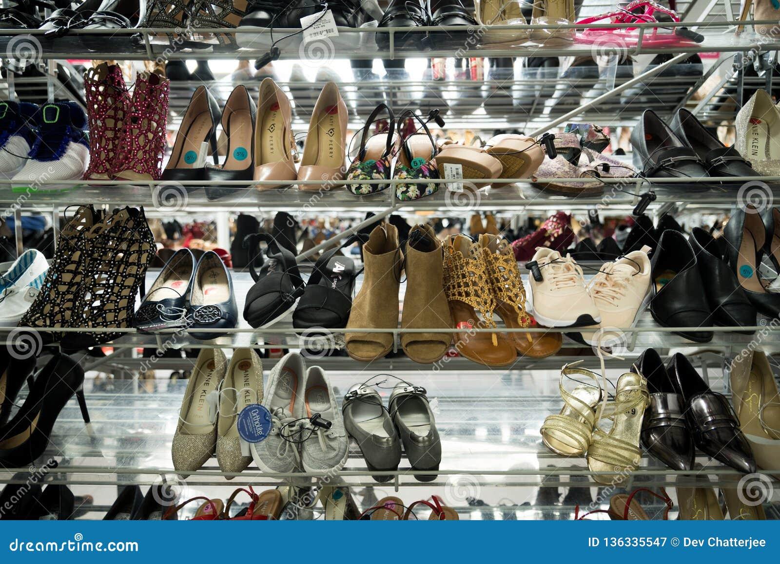 Die Schuhe der Frauen auf einem Gestell