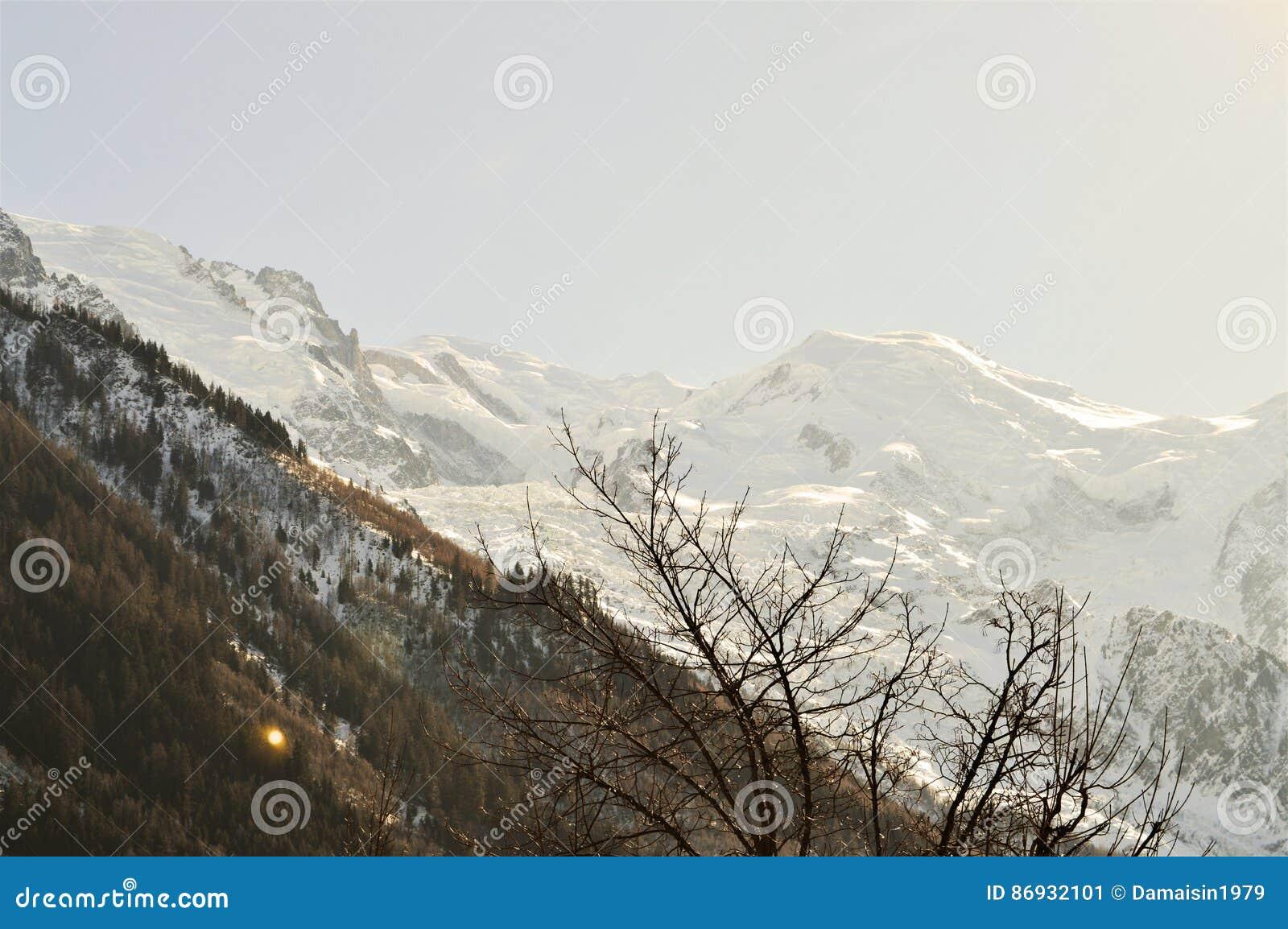 Die Schweiz und schöne Alpengipfel unter Schnee