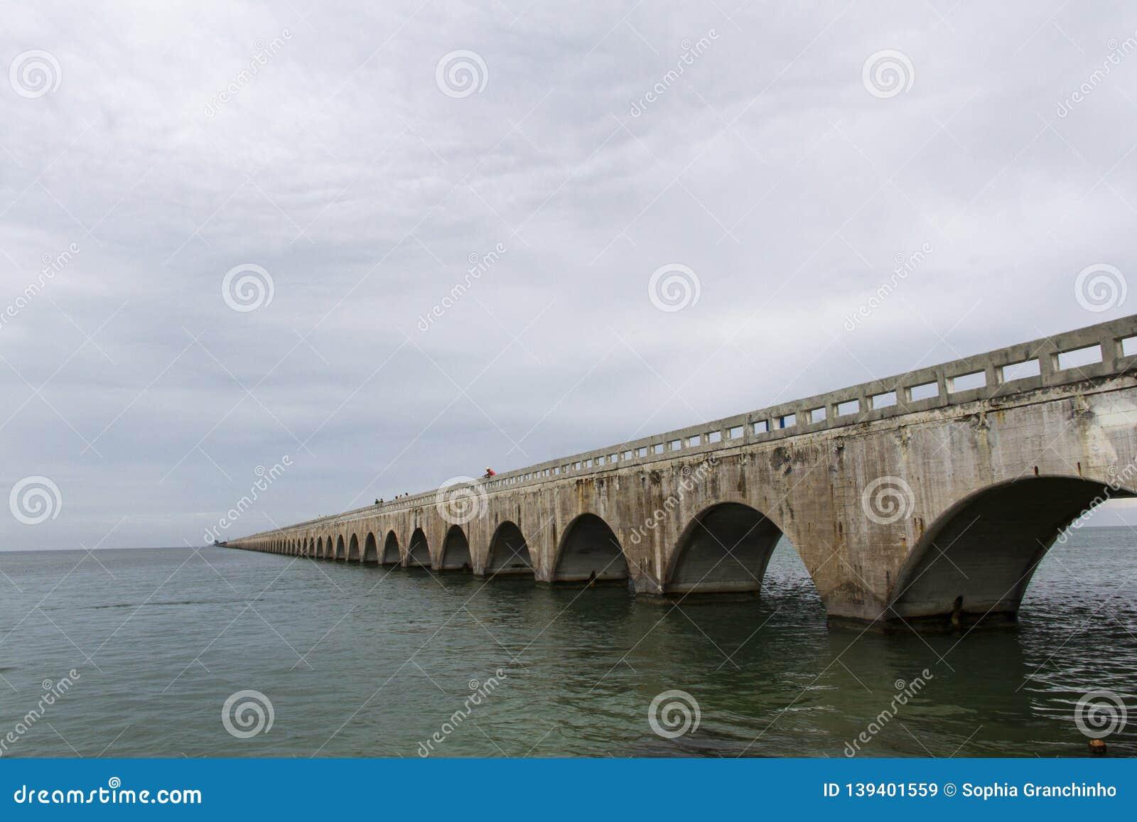 Die sieben Meilen-Brücke ist eine berühmte Brücke in den Florida-Schlüsseln, ungefähr 10 9 Kilometer lang