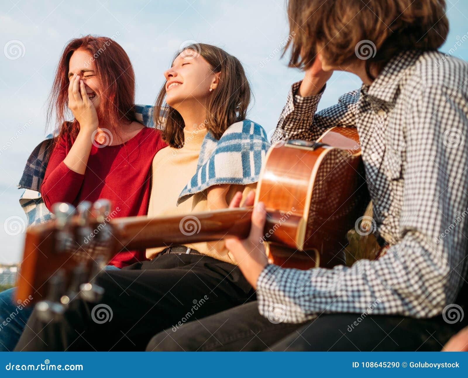 Die sorglose Jugendfreizeit genießen sich entspannen freien Geist