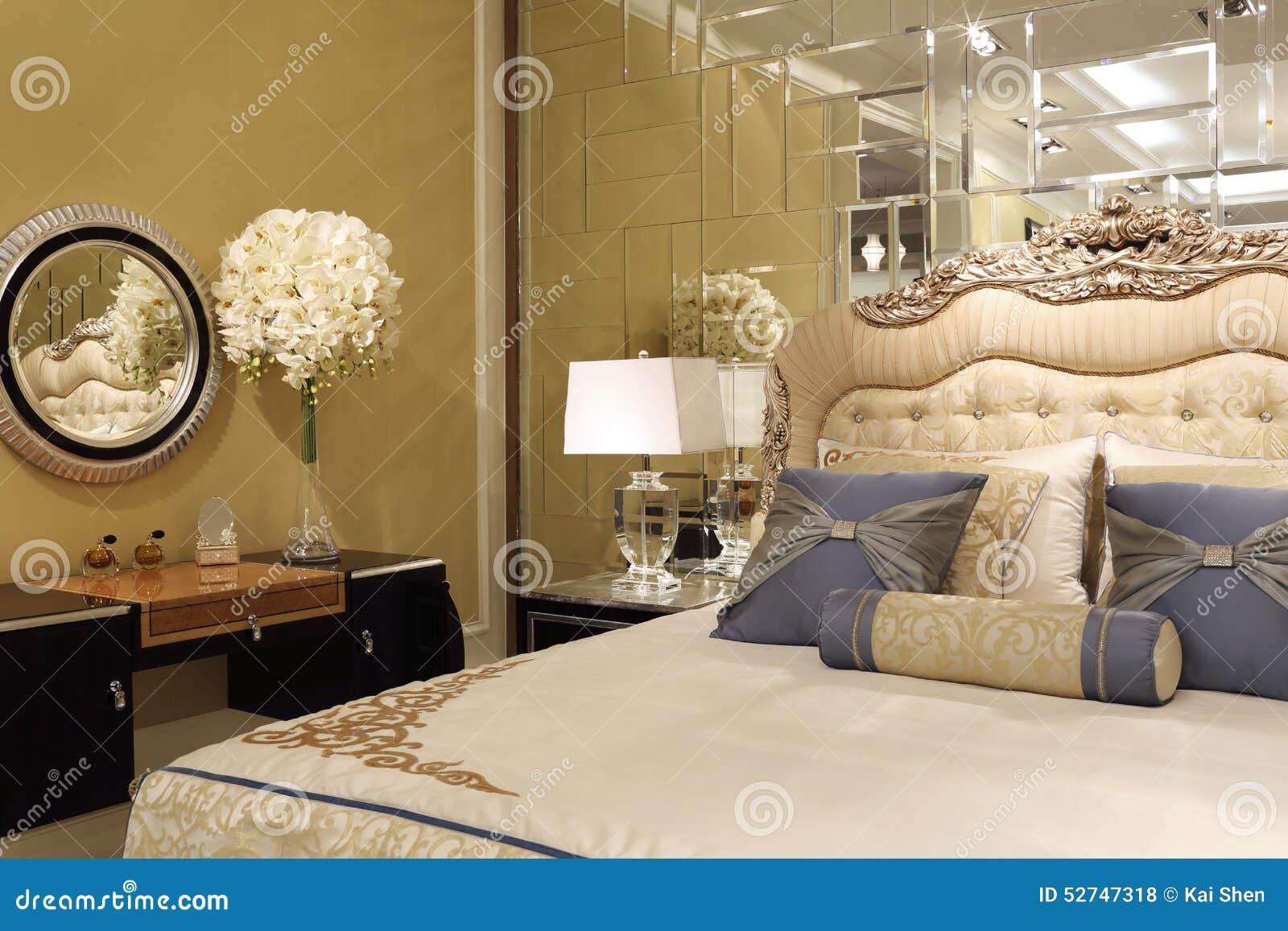 Die spiegelwand im schlafzimmer stockfoto bild von for Spiegelwand schlafzimmer