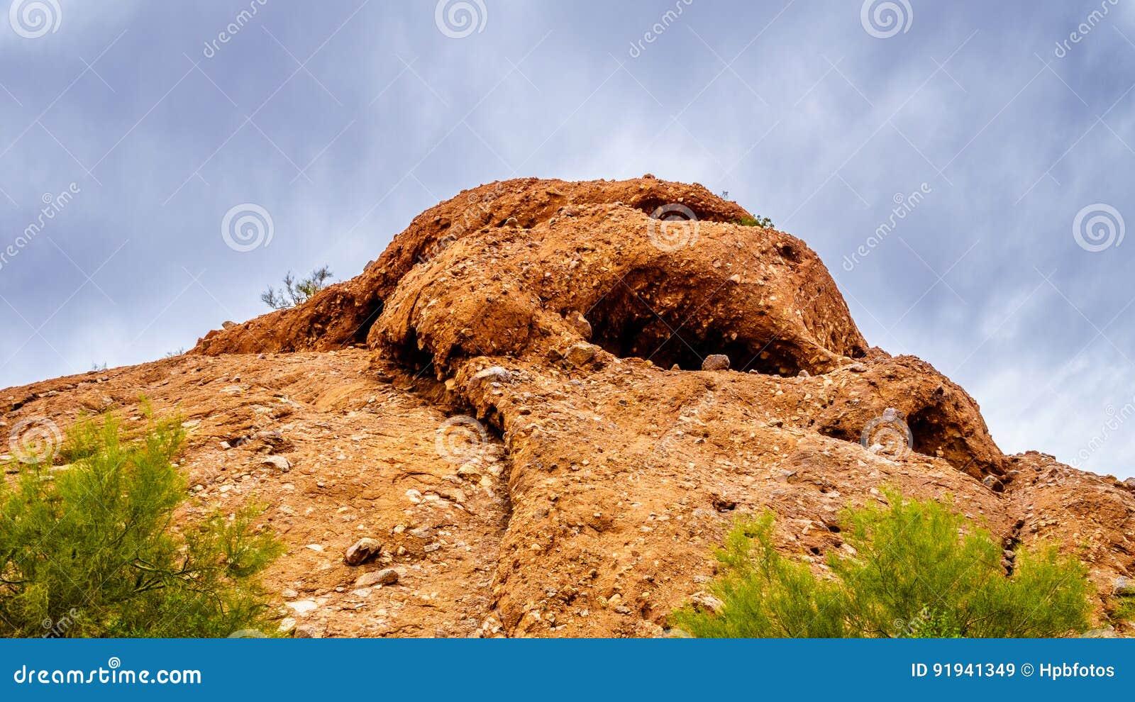 Die Sprünge und Höhlen, die durch Abnutzung in den roter Sandstein Buttes von Papago verursacht werden, parken nahe Phoenix Arizo