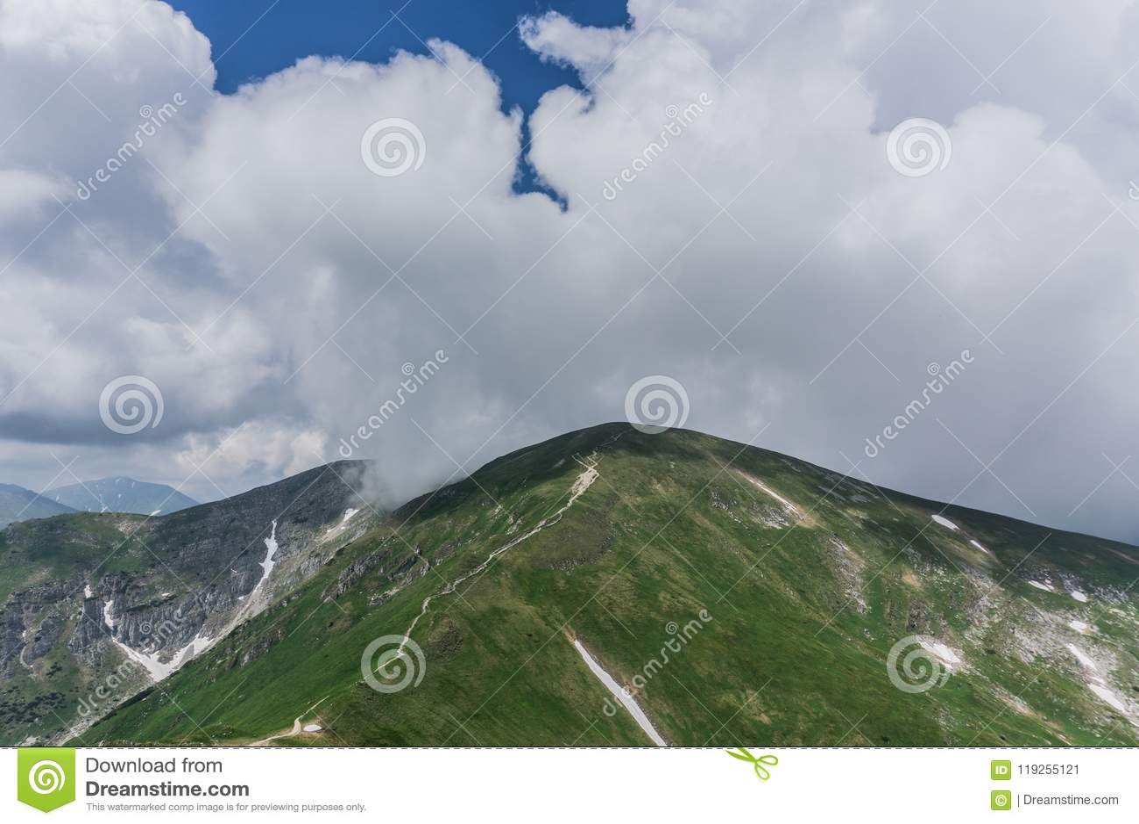 Die Spur in den Bergen Schöne blaue Himmel