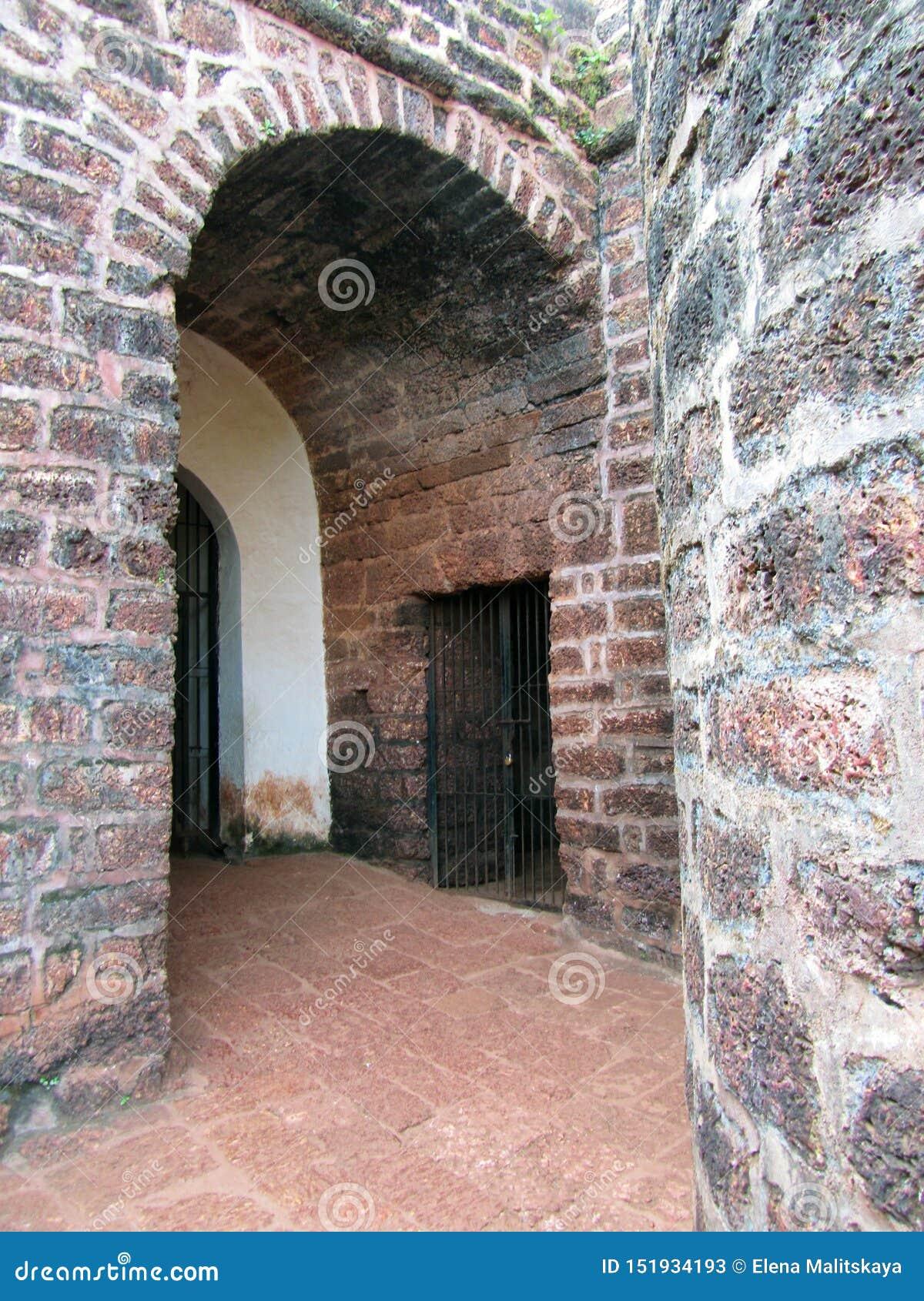 Die Stadtmauern, die Bögen und die Decken von großen braunen Steinen