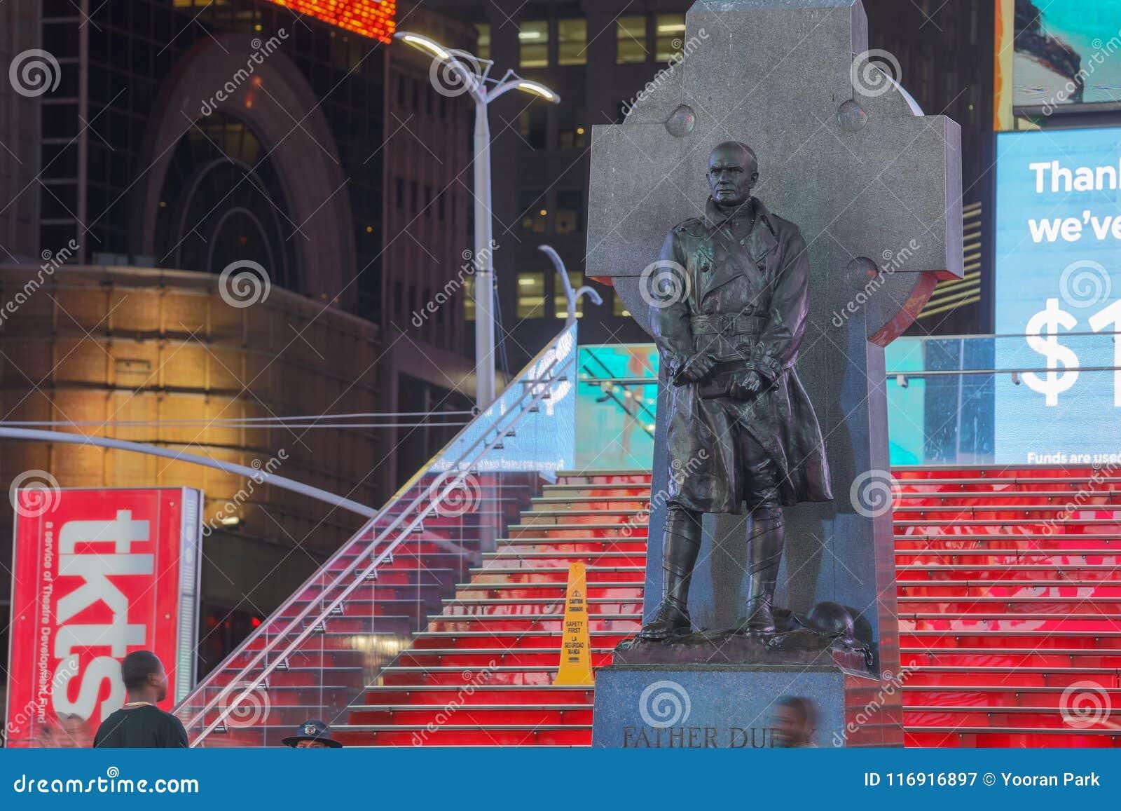 Die Statue des Vaters Duffy mit Straßenschildern im Times Square, NYC
