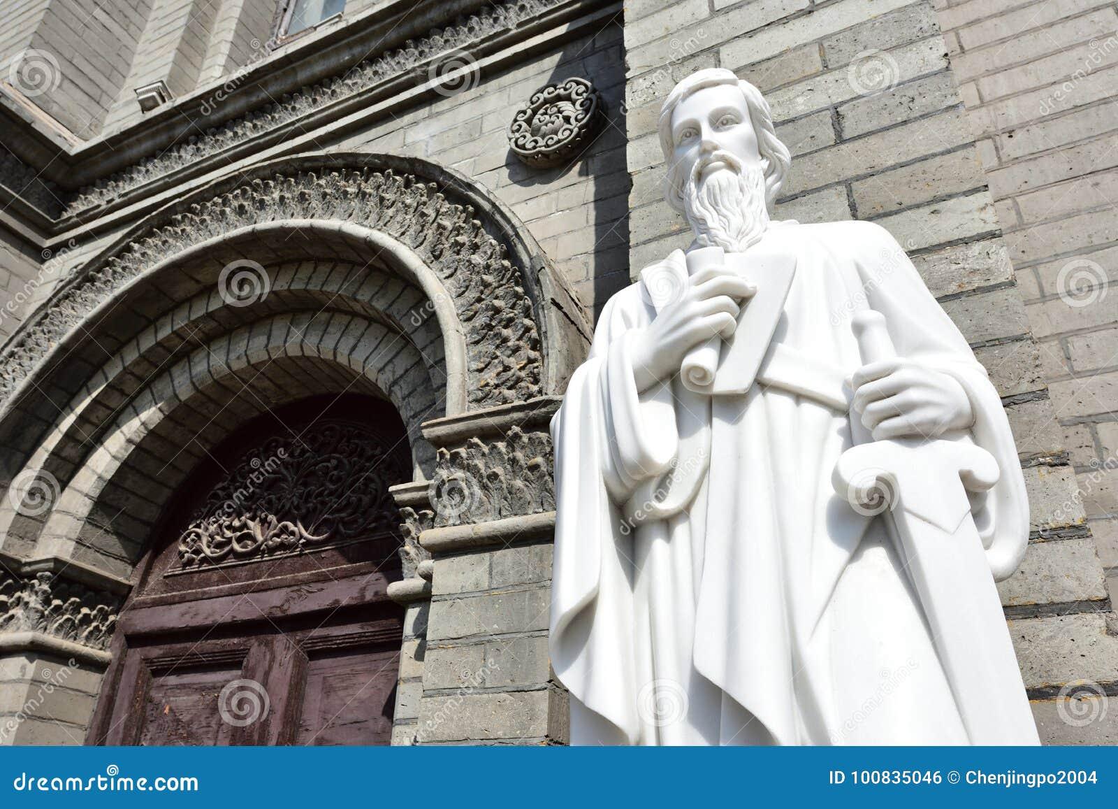 Die Statue von St Paul vor der Kirche