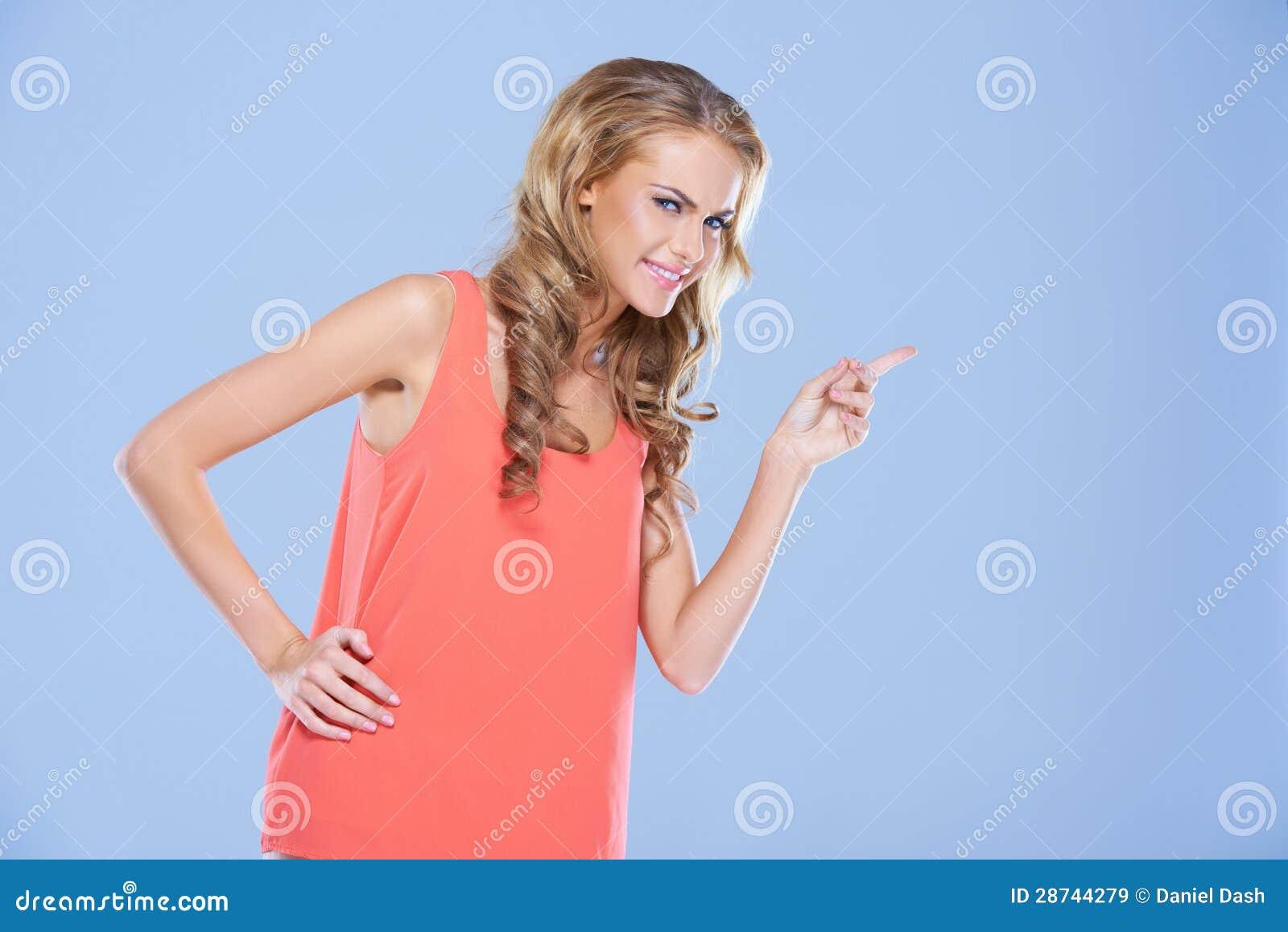Die Stirn runzelnde Frau, die ihren Finger zeigt