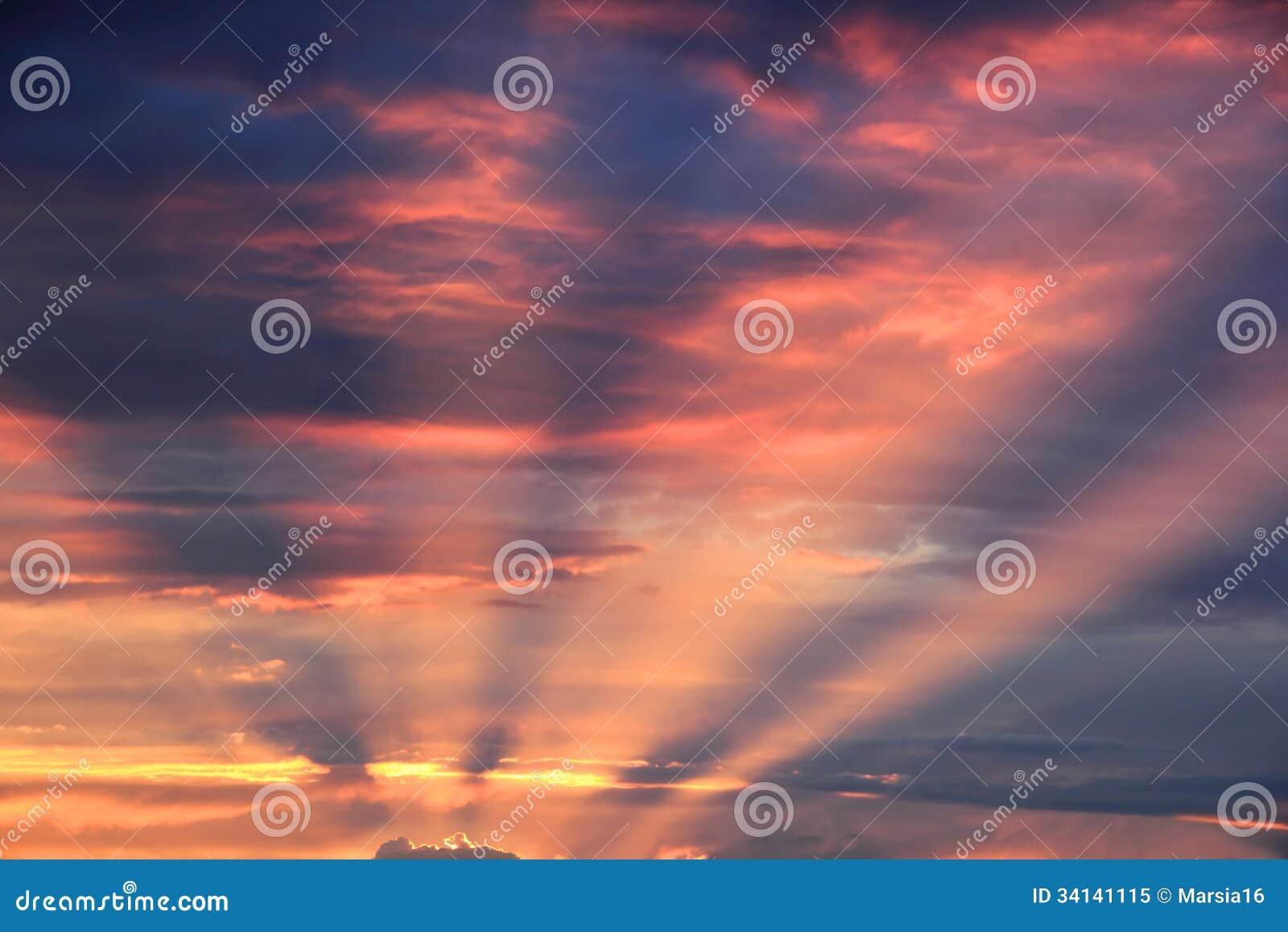 Die Strahlen der untergehenden Sonne