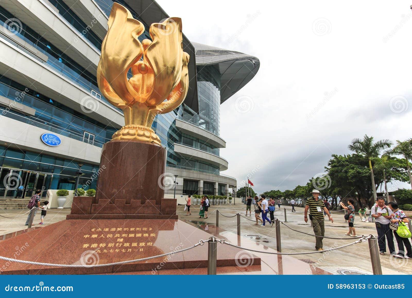 Die Touristen, die in den goldenen Bauhinia gehen, quadrieren ein offenes Gebiet in Nord-Wan Chai, Hong Kong