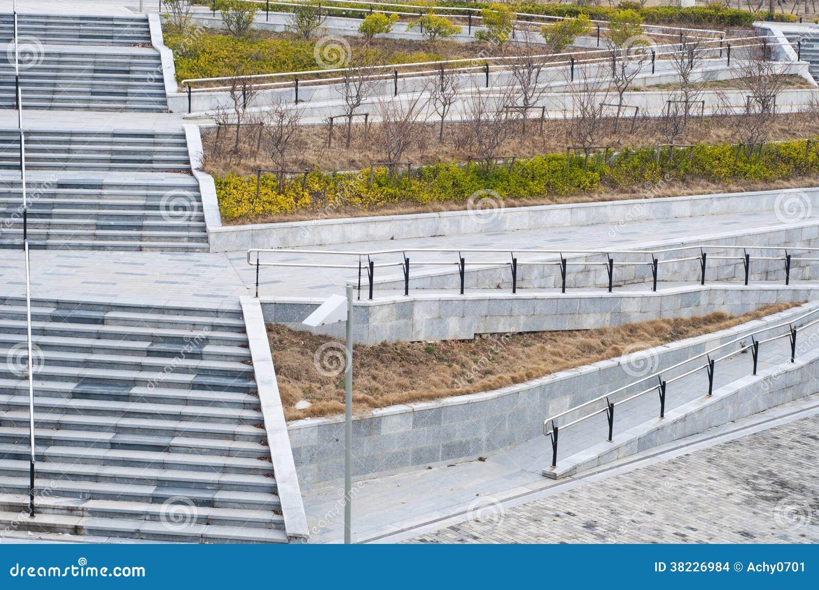 Die treppe und die rollstuhlrampe stockbilder bild 38226984 for Architektur rampe