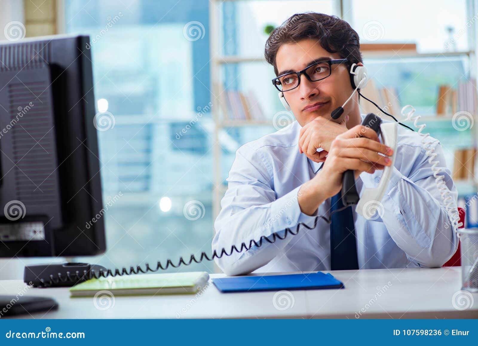 Die unglückliche verärgerte Call-Center-Arbeitskraft frustriert mit Arbeitsbelastung