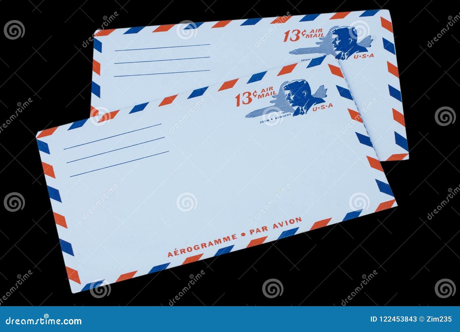 DIE VEREINIGTEN STAATEN VON AMERIKA - CIRCA 1968: Ein alter Umschlag für Luftpost mit einem Porträt von John F kennedy