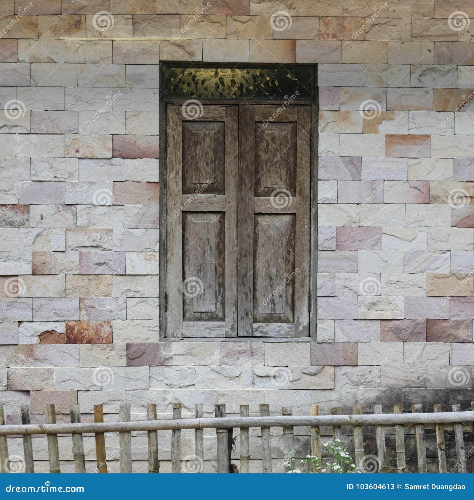 Die Wand des Hauses hergestellt vom Mörser mit Fliese ist rechteckig