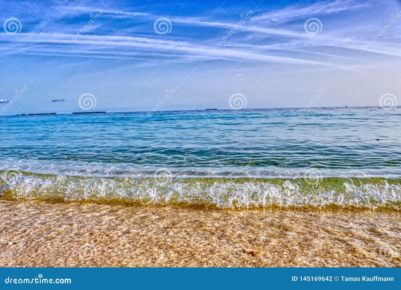 Die Welle auf dem Strand von Malediven-Insel