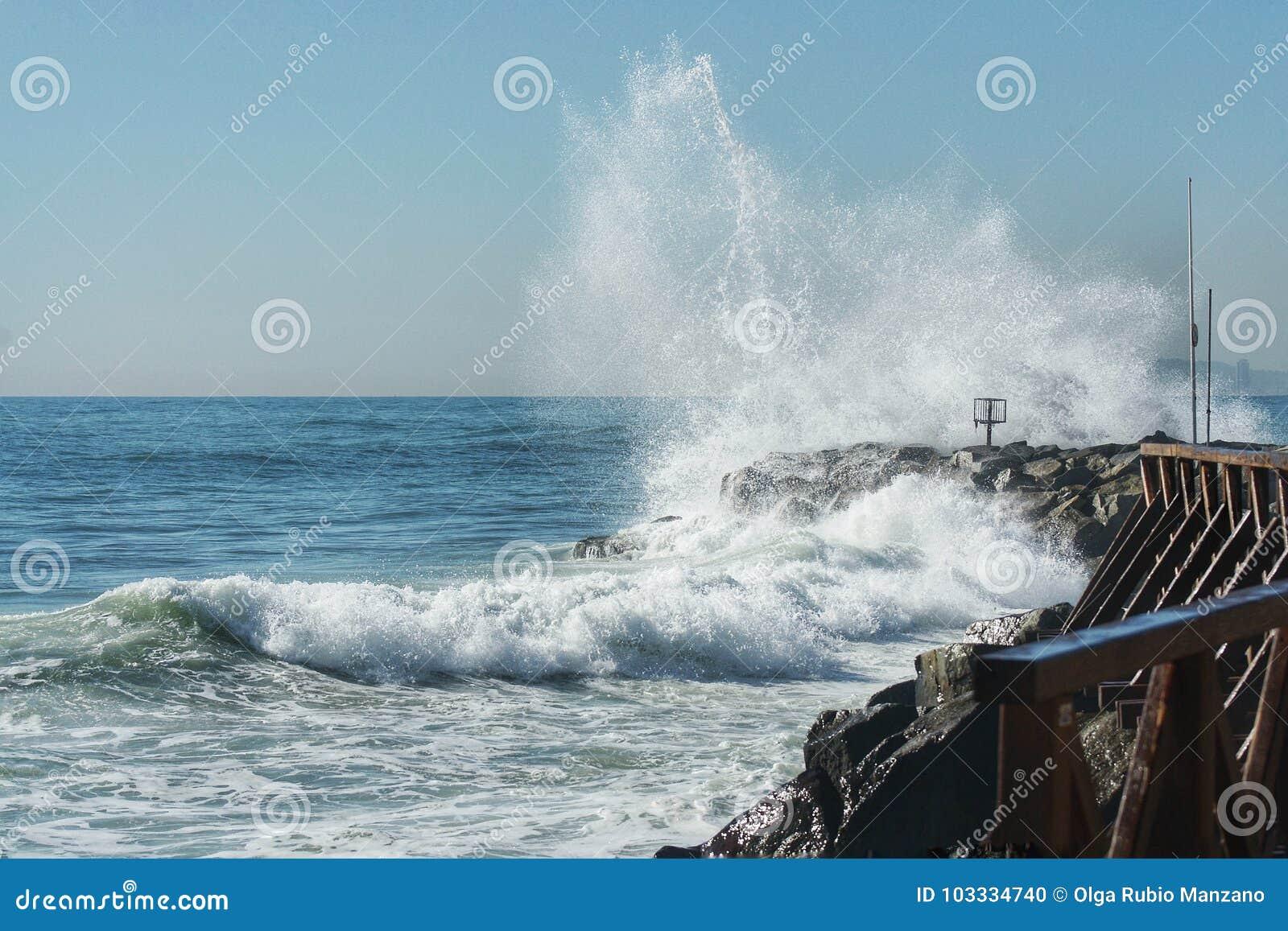 Die Wellenbrecher in den Felsen