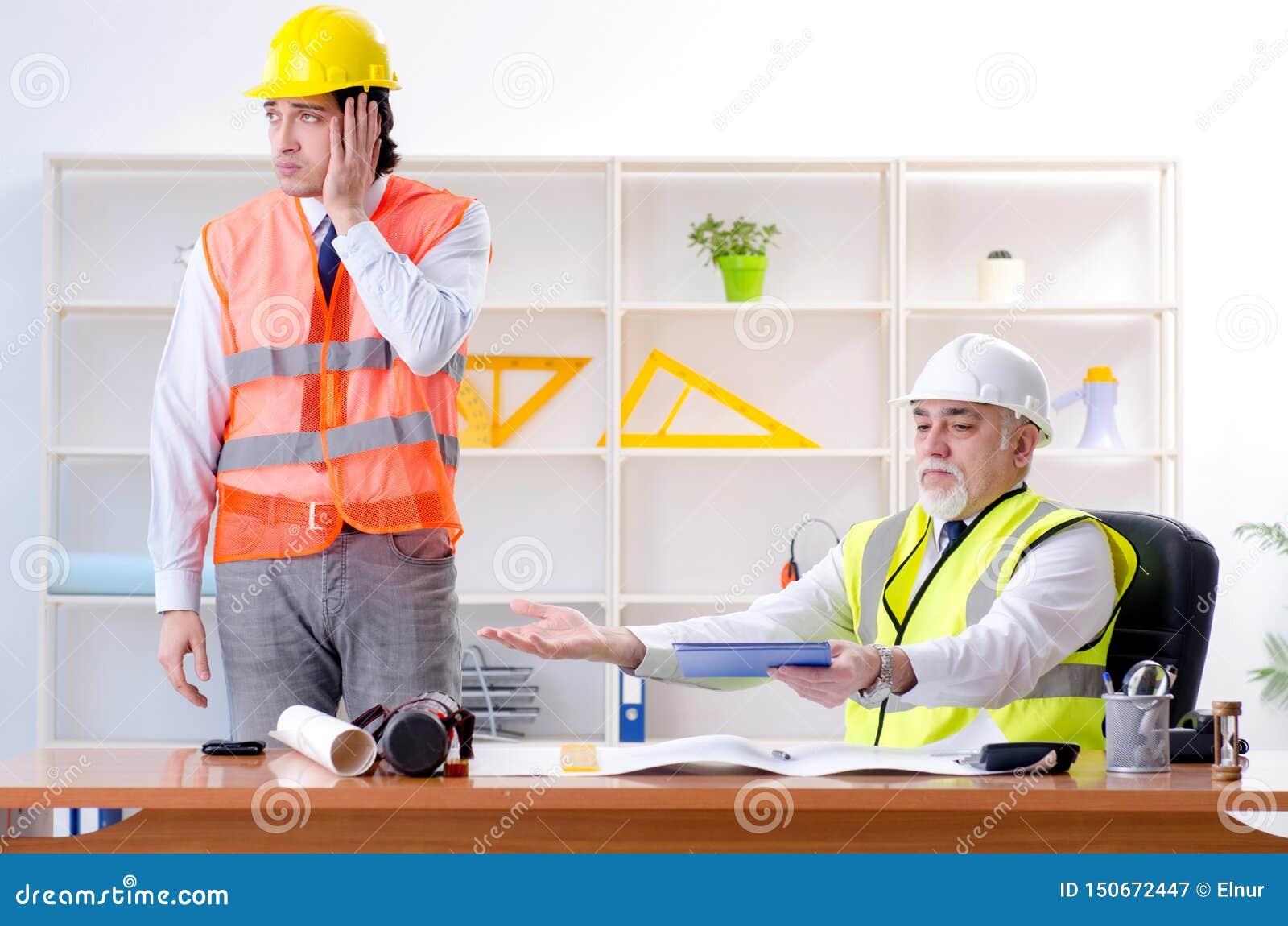 Die zwei Ingenieurkollegen, die unter Projekt arbeiten