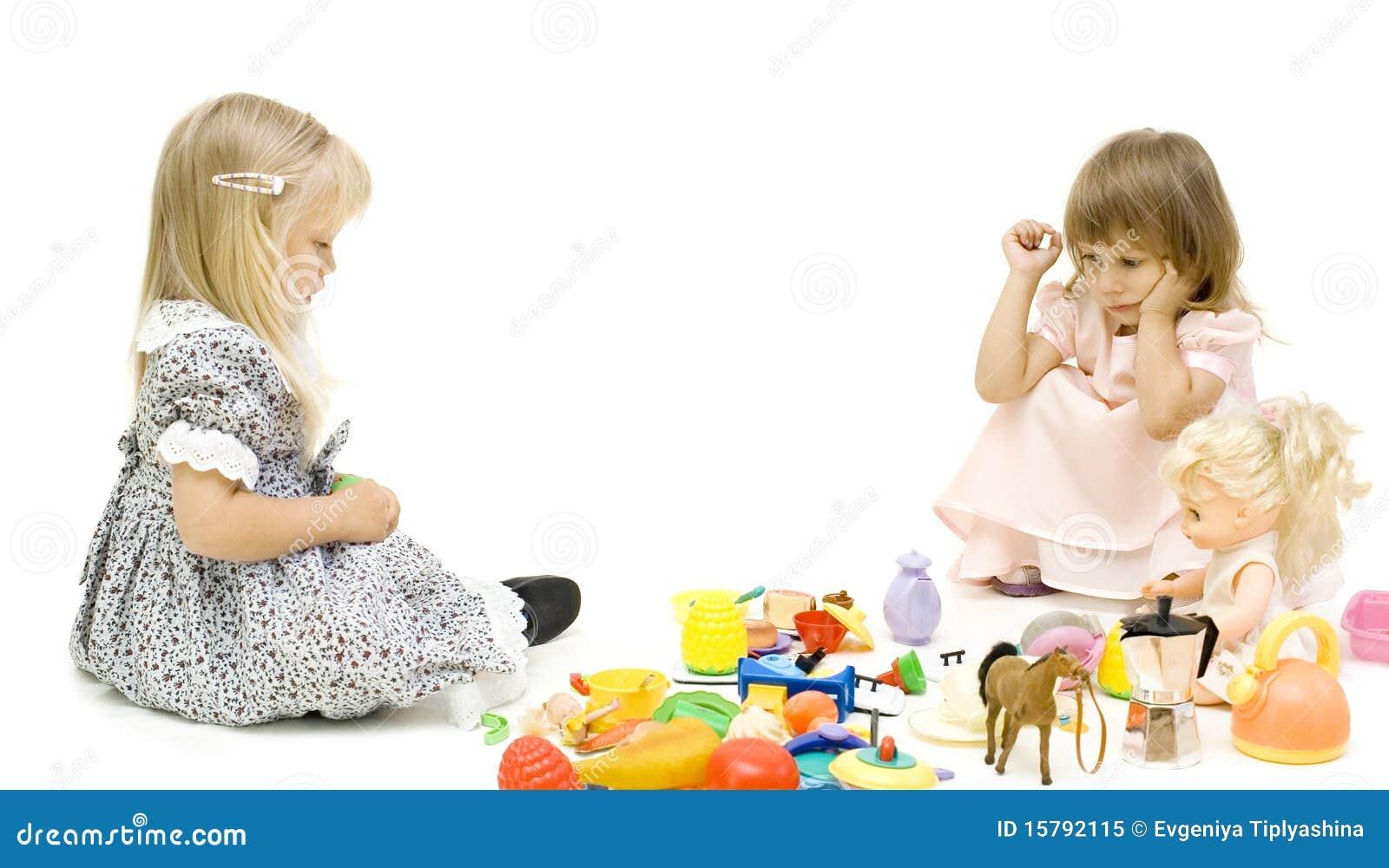 Die zwei mädchen teilen ein spielzeug lizenzfreies