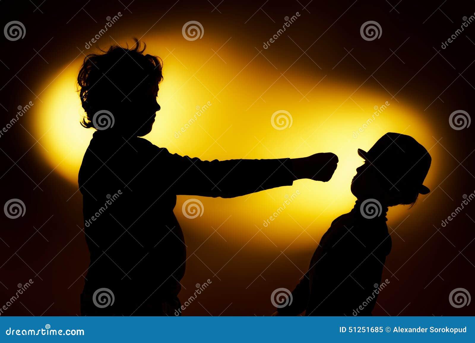 Die zwei Schattenbilder des ausdrucksvollen Jungen, die Gefühle unter Verwendung des gesticu zeigen