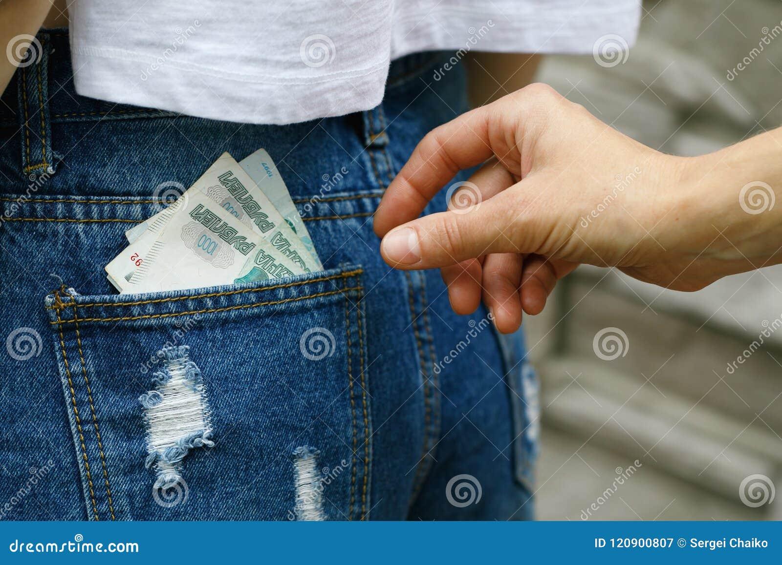 Diebstahl des Geldes von der Rückseite Ihrer Jeanstasche