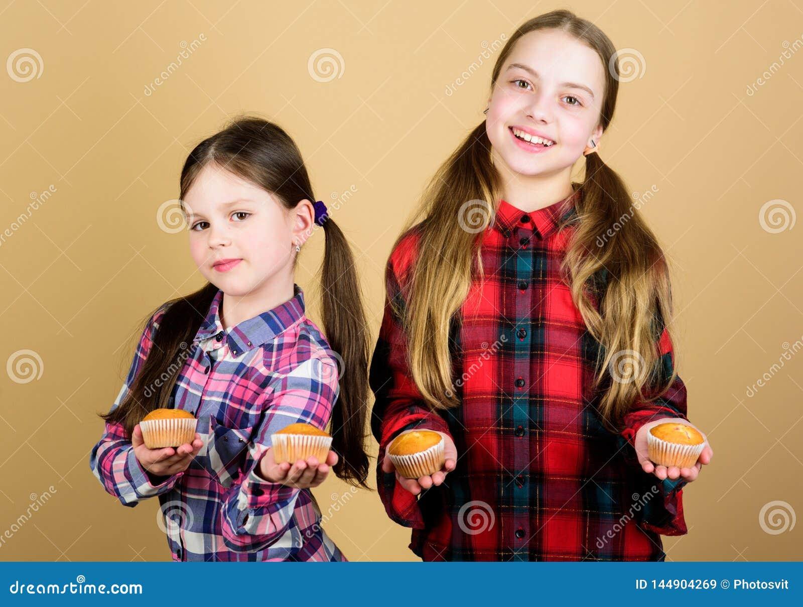 Dieet gezonde voeding en calorie Yummy muffins Meisjes leuke jonge geitjes die muffins eten of cupcake Zoet dessert culinair