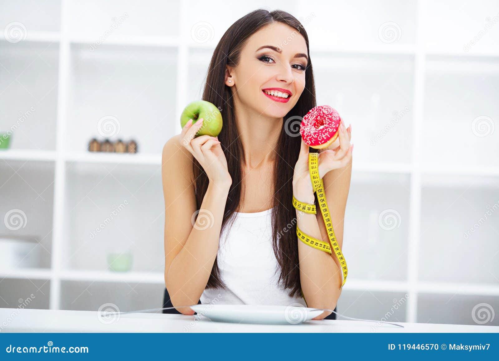 Dieet Vrouw die Lichaamsgewicht op Wegende Schaalholding Donu meten