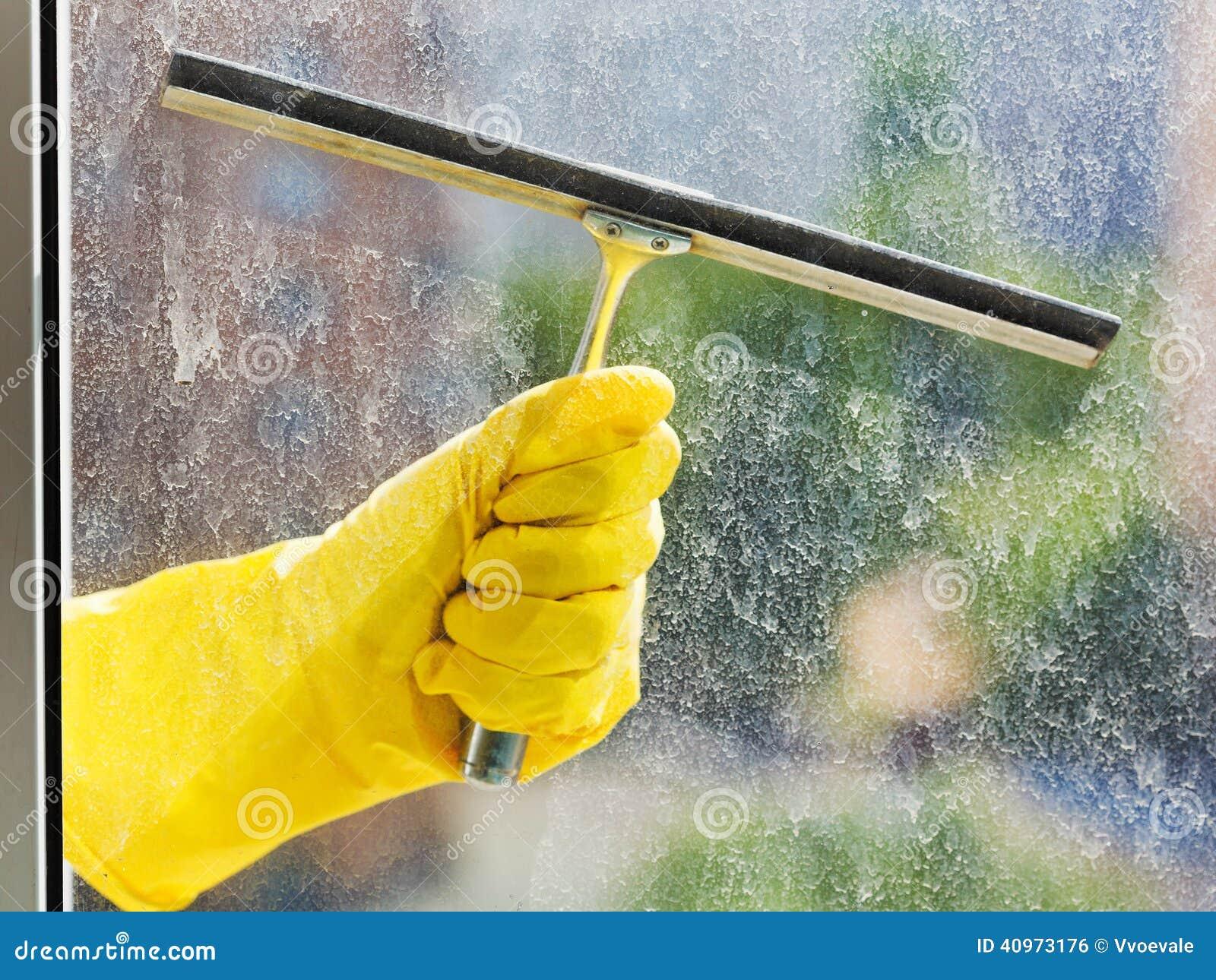 Dien het gele venster van handschoenwassen door rubberschuiver in