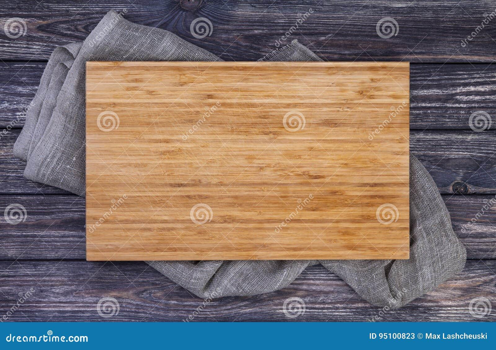 Dienend dienblad over oude houten lijst, scherpe raad aangaande donkere houten achtergrond, hoogste mening