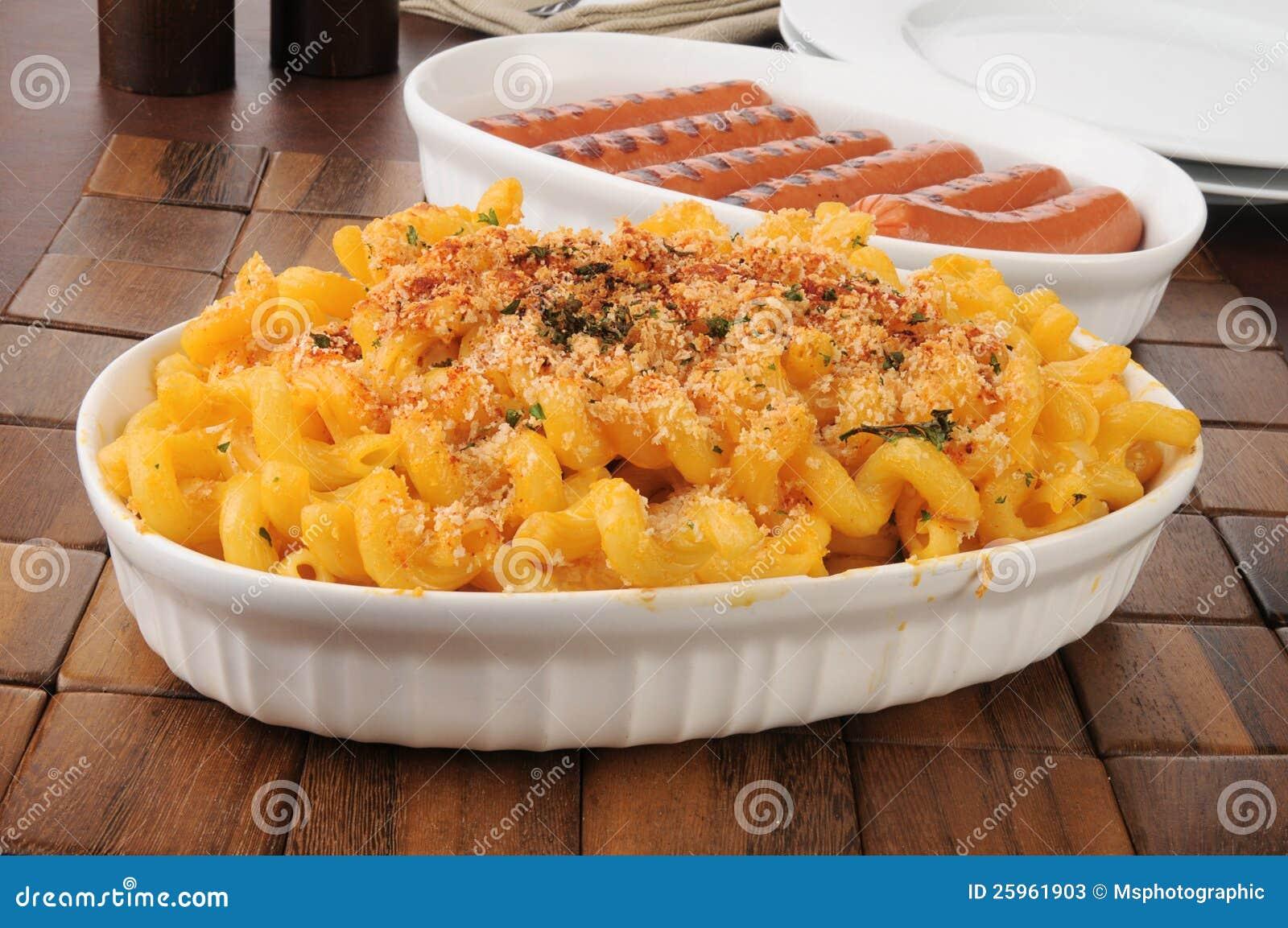 Dienende schotels van macaroni en kaas en hotdogs