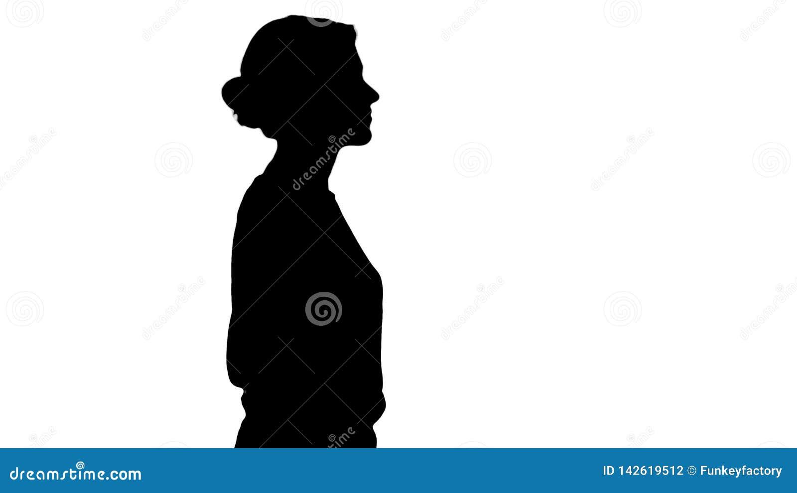 Dient het silhouet jonge mooie meisje met zakken het lopen in