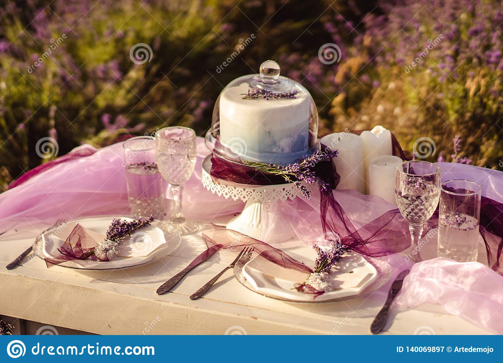 Diente festlich Tabelle mit Lavendelblumensträußen und -kuchen