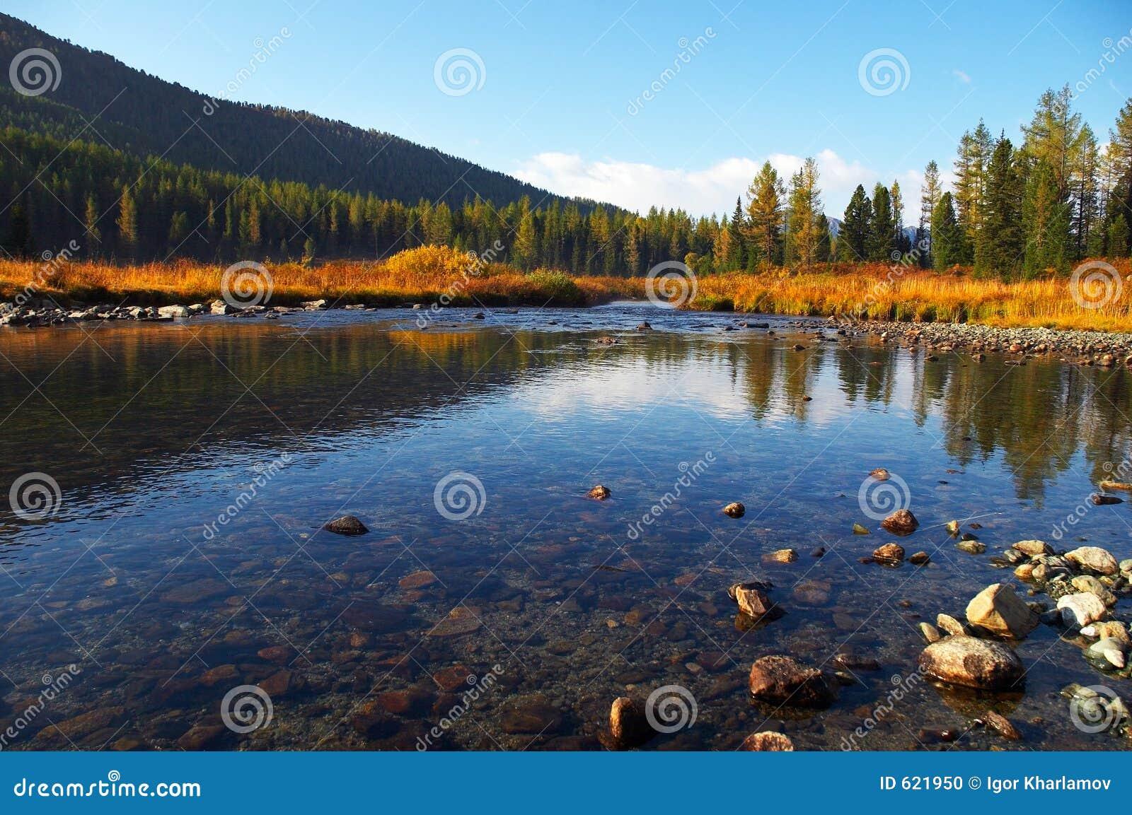 Diep blauw water in rivier.