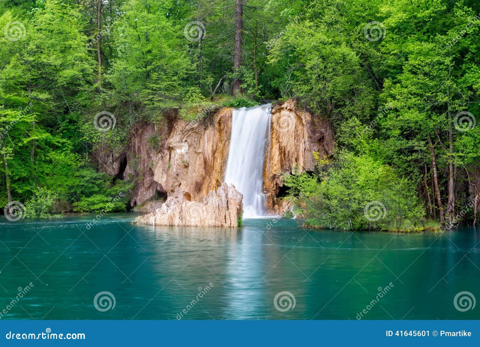 Diepe boswaterval met glashelder water
