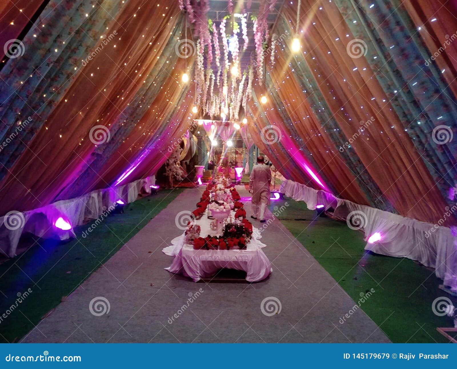 Dieses ist das Bild der Heiratsdekoration, das in vielen das Farblicht benutzt