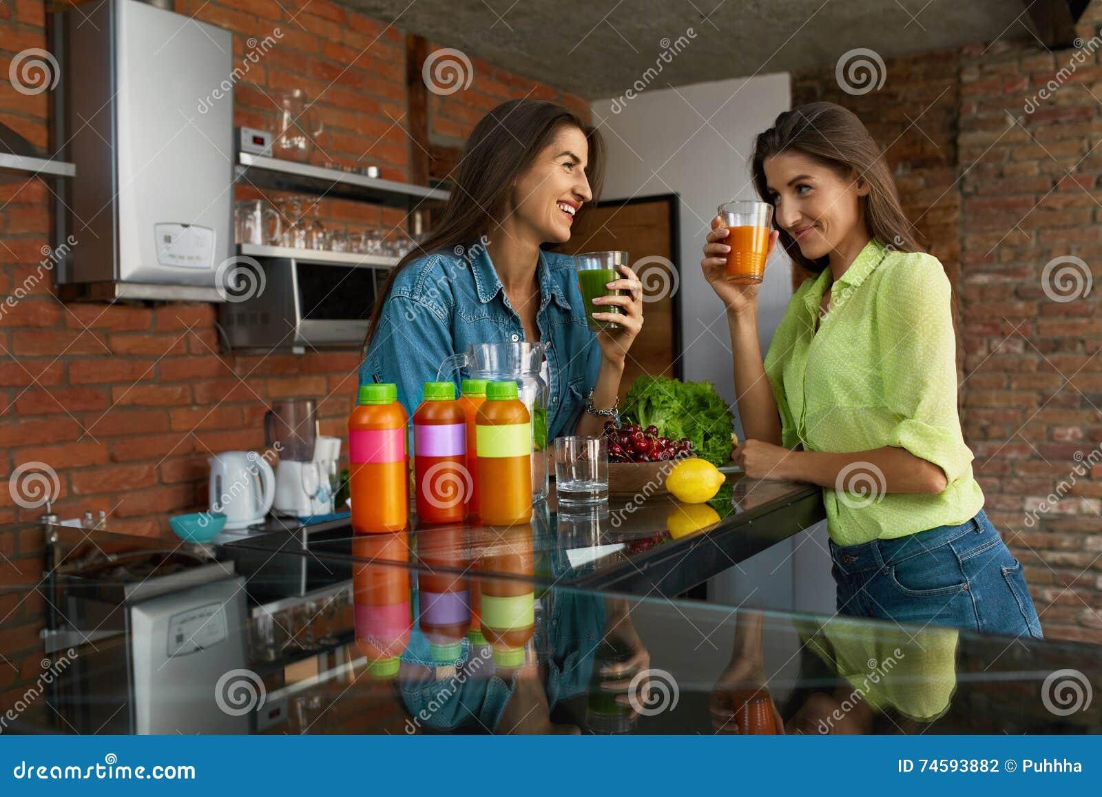 Dieta de la pérdida de peso Smoothie sano de la bebida de las mujeres de la consumición en cocina