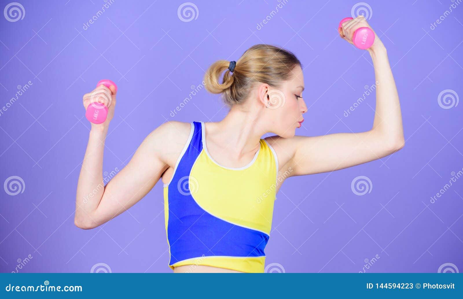 Dieta de la salud ?xito del deporte M?sculos fuertes y poder Entrenamiento deportivo de la mujer en gimnasio Entrenamiento feliz