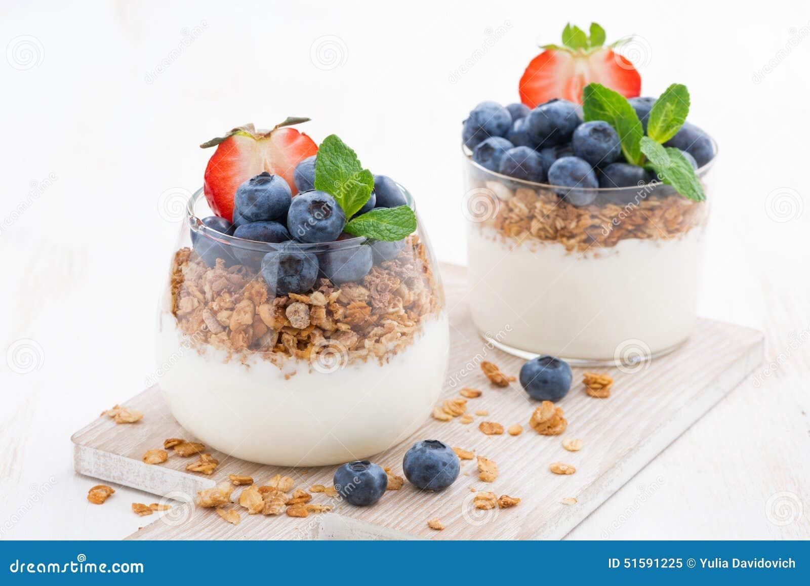 Dieta deser z jogurtem, granola i świeżymi jagodami,