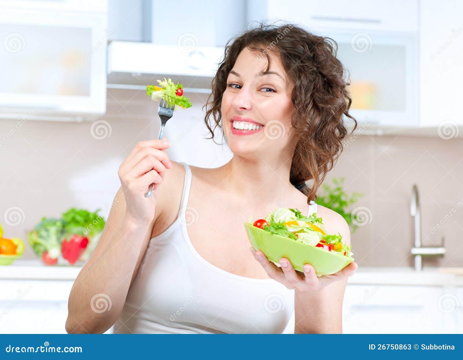 Dieta. Donna che mangia insalata di verdure