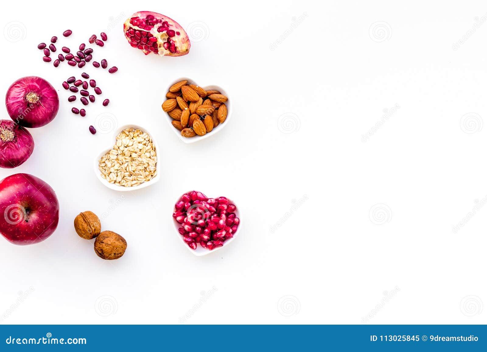 Dieta para el corazón sano Comida con los antioxidantes Las verduras, frutas, nueces en cuenco en forma de corazón en el fondo bl