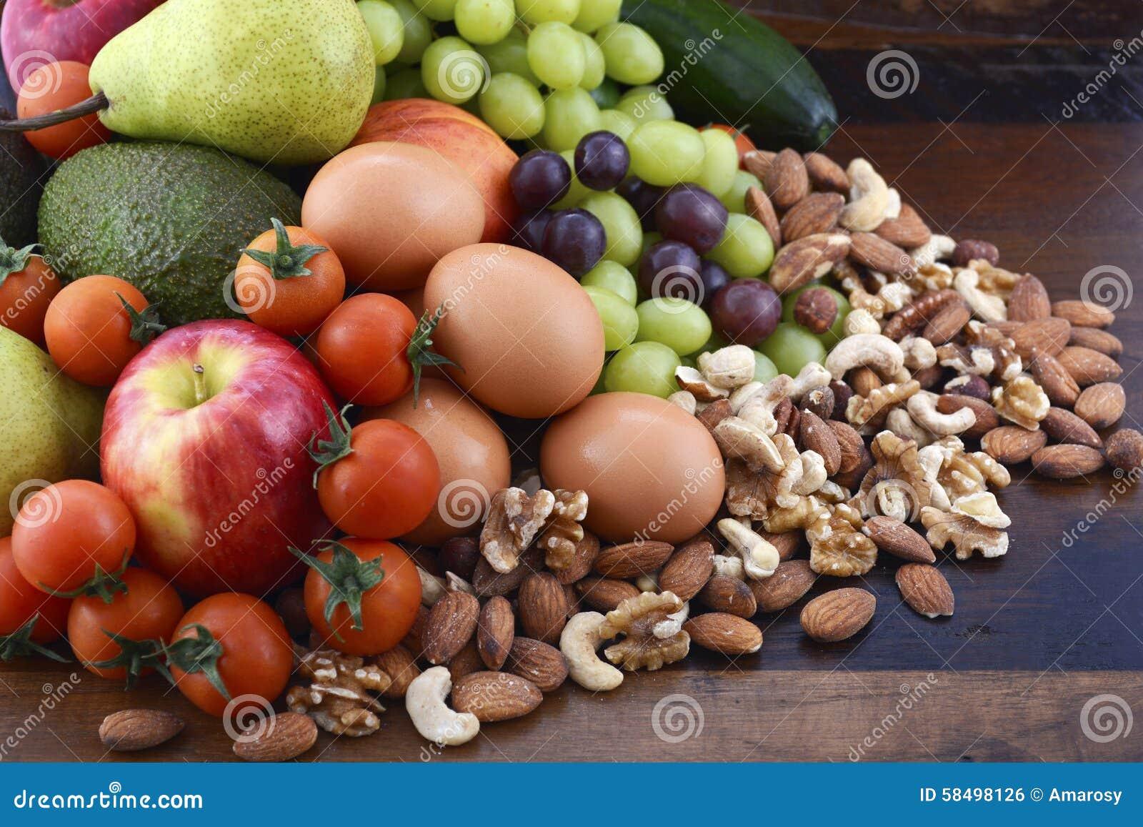 Dieta saudável com fruto fresco, ovos, porcas e vegetais