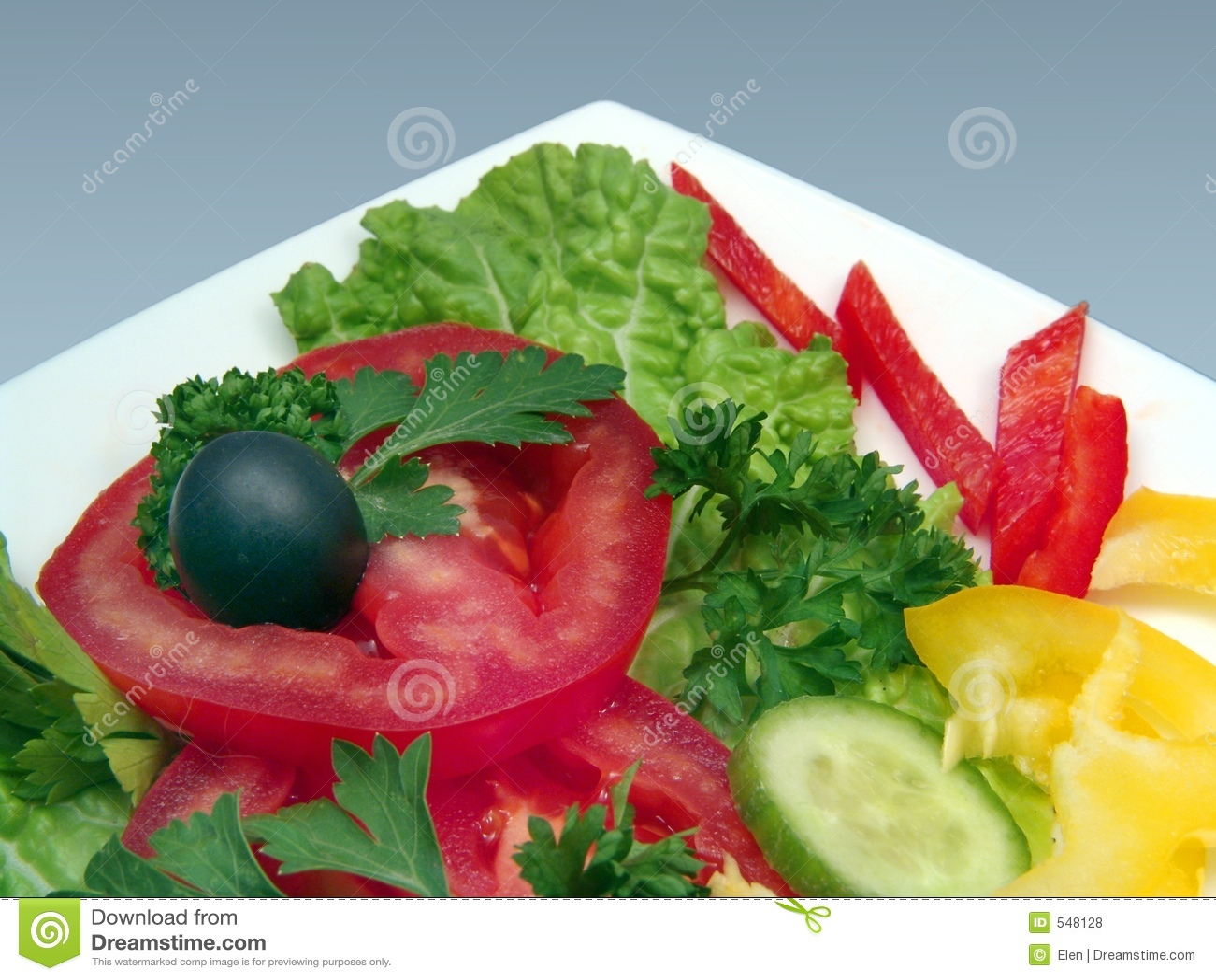 Dietic salade met olijf in witte plaat