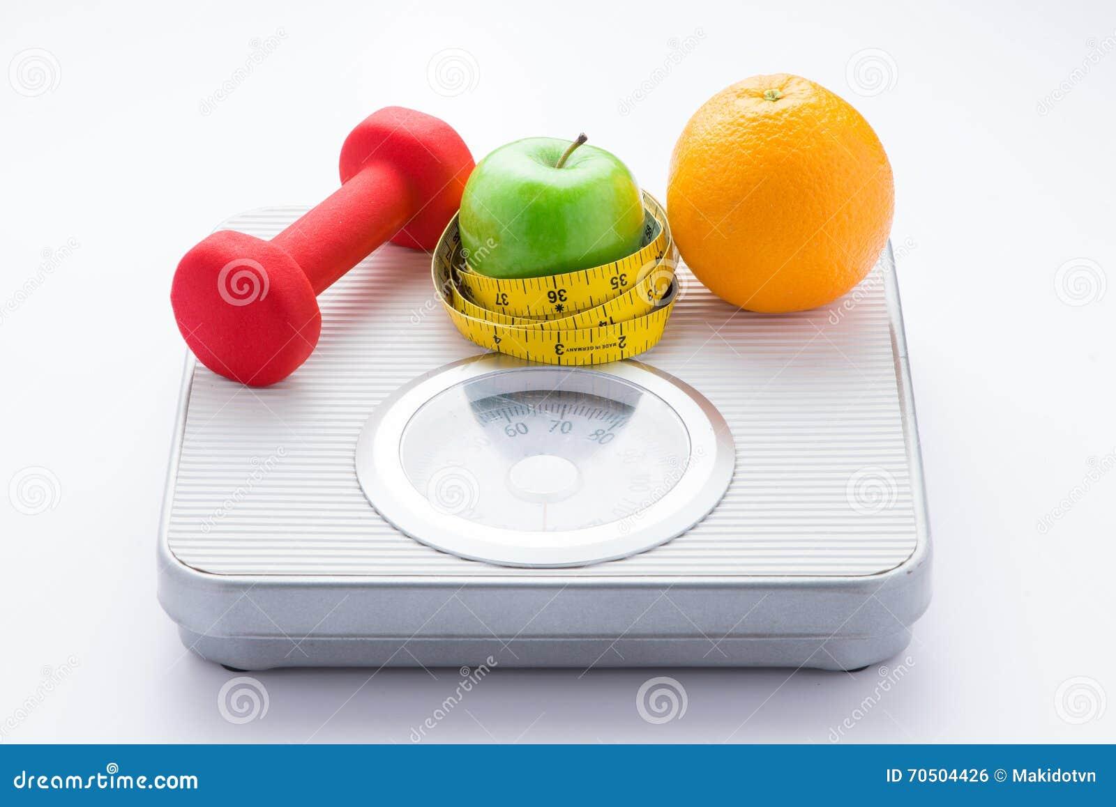 Dieting вес-потеря уменьшает вниз концепцию Лента крупного плана измеряя на белом масштабе веса