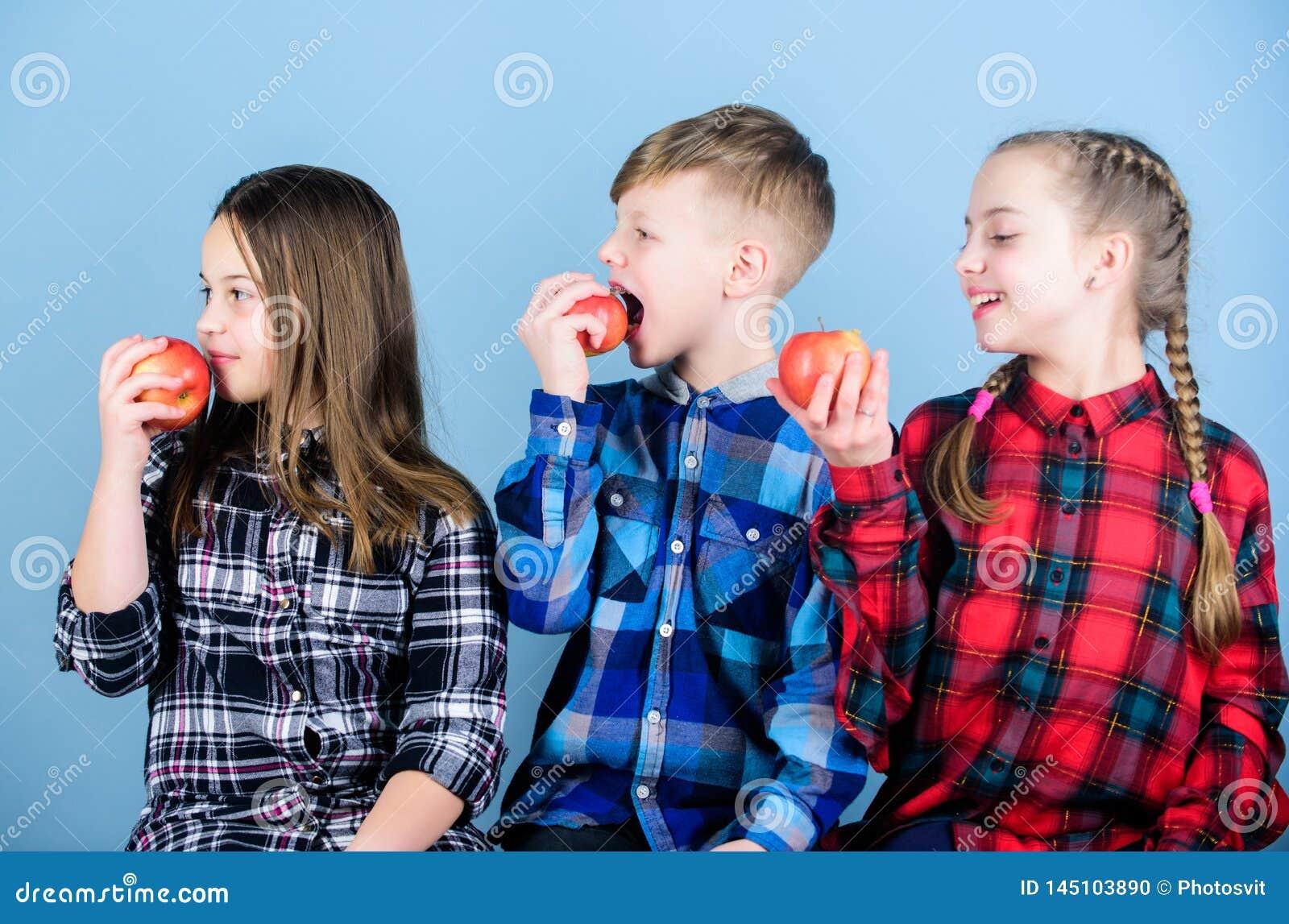 Здоровое питание dieting и витамина Съешьте плод и быть здоровый Время закуски школы Иметь вкусную закуску Подростки группы