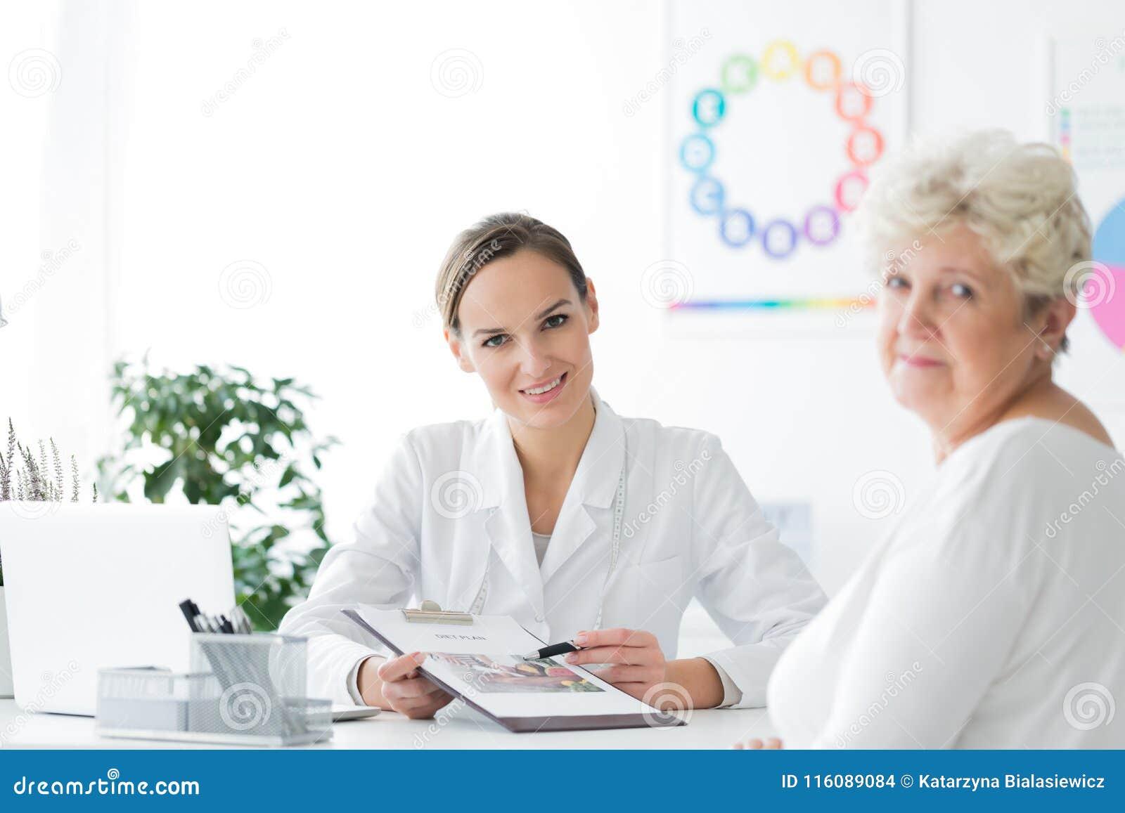 Dietist i regeringsställning med patienten