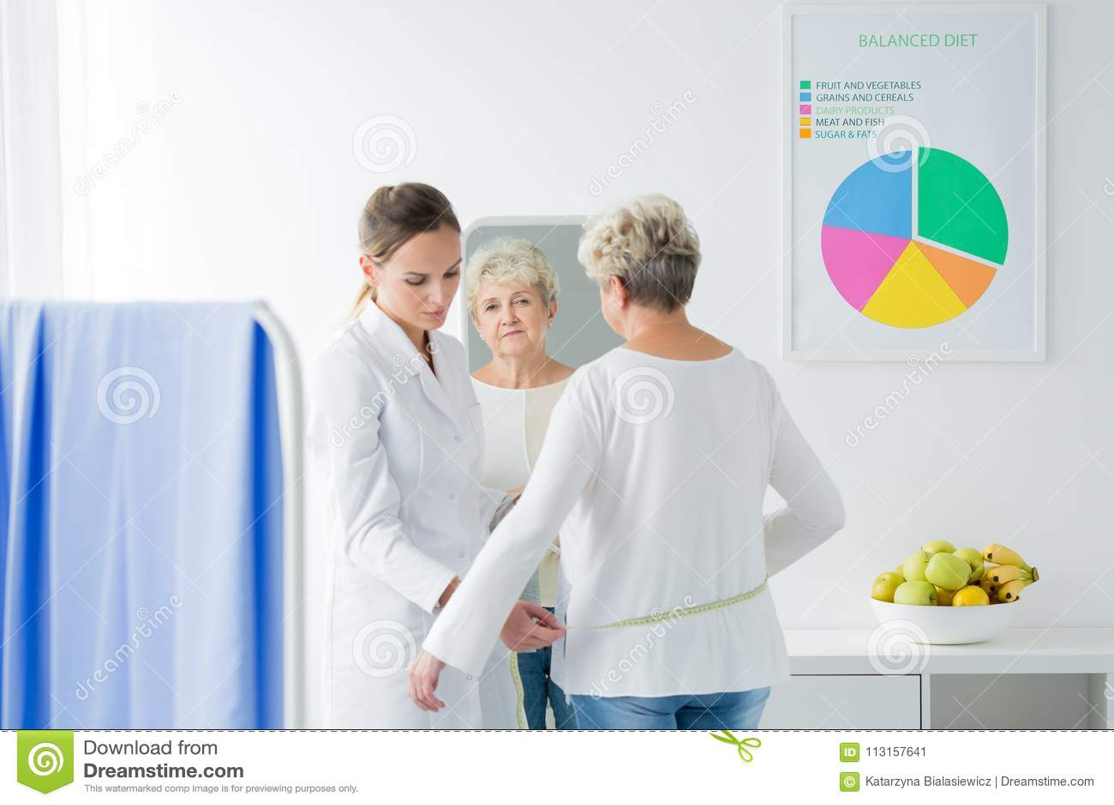 Dietist som mäter den tålmodiga kroppströmkretsen för ` s