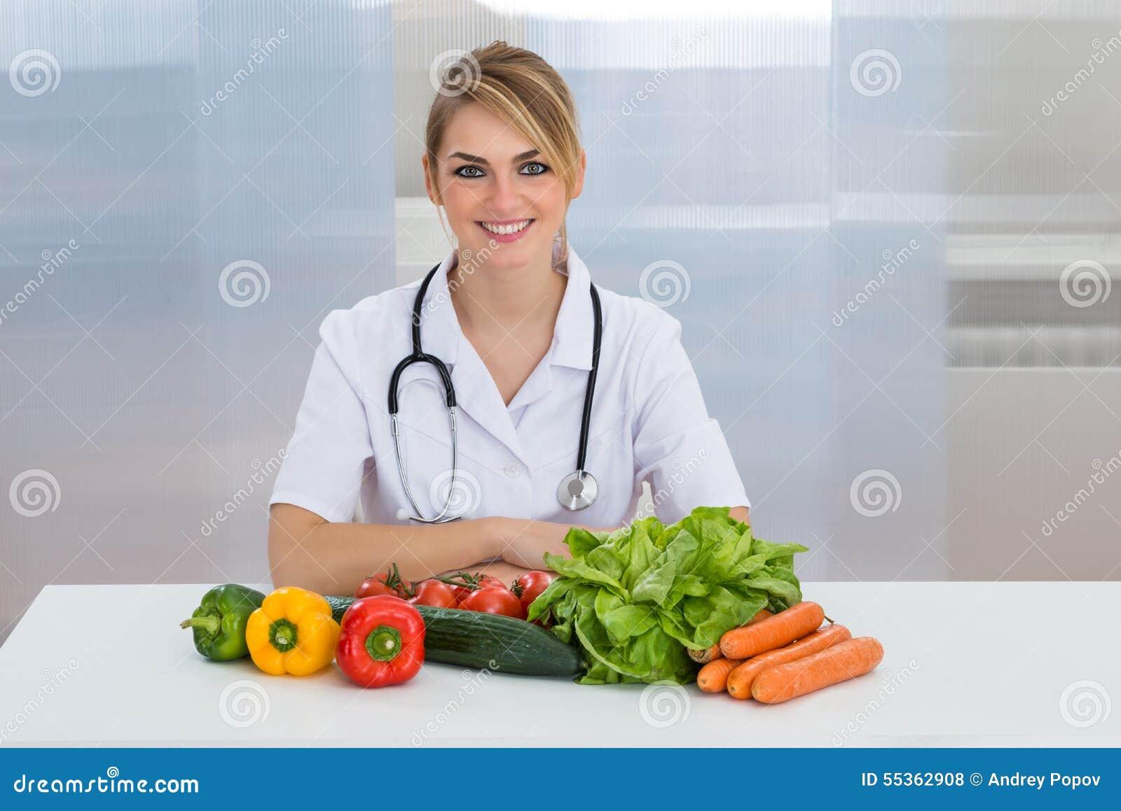 Dietista femminile con le verdure