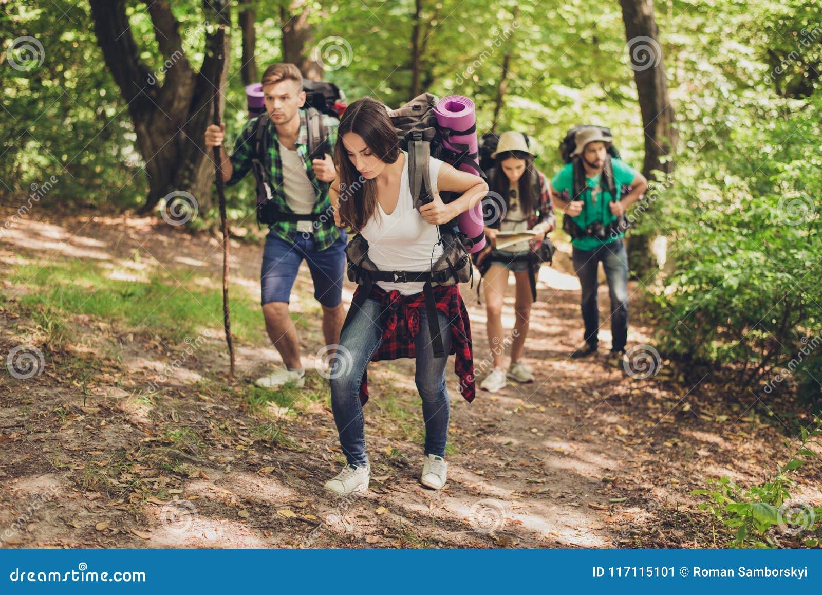 Difícilmente, expedición difícil, cansada y de agotamiento de cuatro amigos en el canyaon, están subiendo para arriba, con las mo